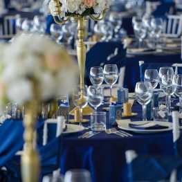 Сватбена украса в синьо и злато и свещници