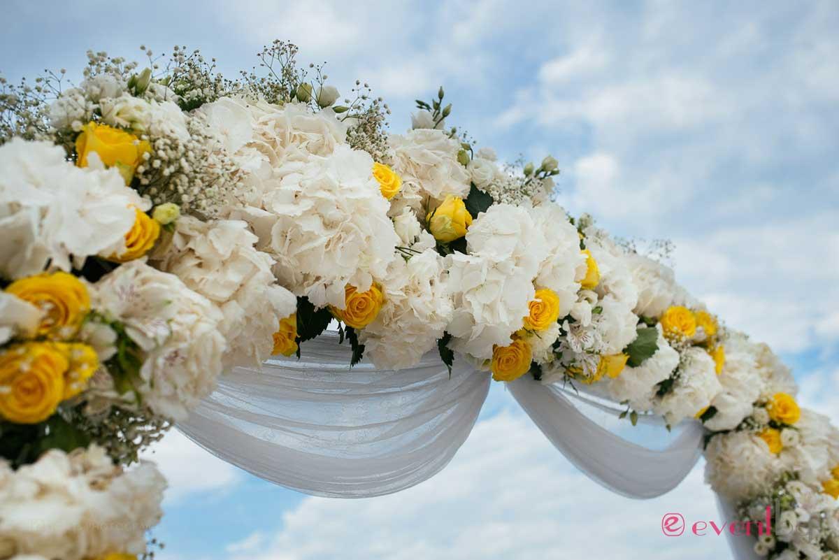 Сватбена арка украса - цветя.