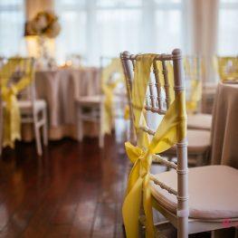 Жълта панделка под наем и шивари стол